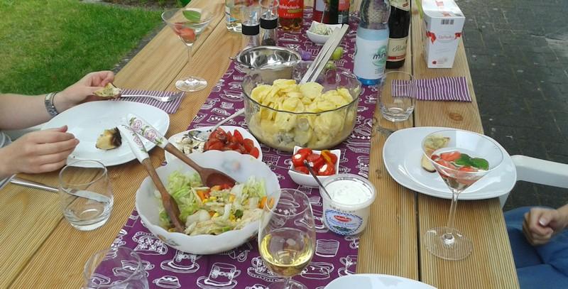 Selbstgebauter Gartentisch mit Essen drauf